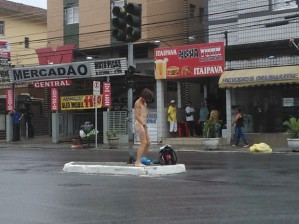 Mulher ficou pelada, dançou e fez diversas poses em São Vicente, SP (Foto: G1)