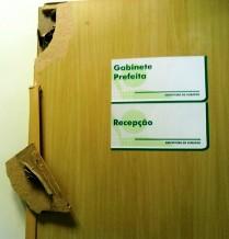 Porta Quebrada gabinete Cubatão