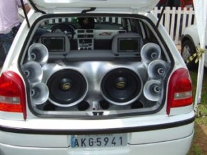 Veículos que, circulando ou estacionados, com som em alto volume, podem ser multados e guinchados.