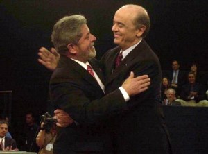 Serra e Lula se cumprimentam durante debate em 2002.  (Imagem: Arquivo/Agência Estado)