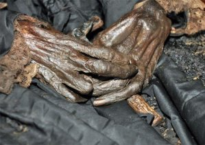 Mãos de D. Amélia segurando um crucifixo