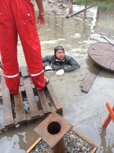 Mergulhador da Sabesp em operação (Foto: Divulgação/Sabesp)