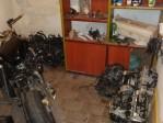"""Peças e motores na """"casa desmanche"""" (Foto Divulgação Polícia/ Militar)"""