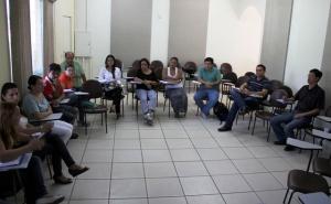 Representantes de entidades de Registro durante reunião de formação do comitê municipal de combate à dengue.