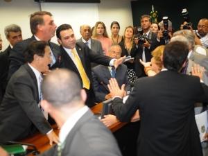 Manifestantes pró e contra o pastor Feliciano ocupavam lugares na comissão.