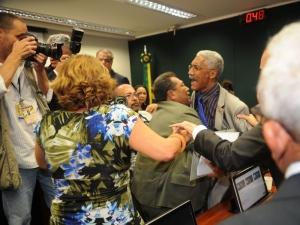 O líder do PSOL, deputado Ivan Valente (SP), pediu que Feliciano abandonasse a presidência para restaurar a normalidade na comissão, mas não foi atendido.