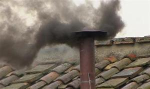 Fumaça preta indica que ainda não foi escolhido próximo Papa. (Foto: ER)