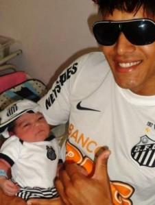 'Sósia' de Neymar, com o pequeno Davi Lucca nocolo (Foto: Arquivo Pessoal)